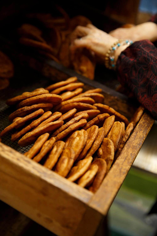 年代ものの木箱で乾燥させる。