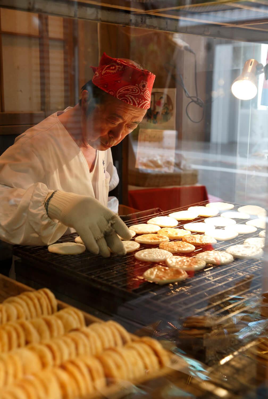 店頭では熟練の職人さんが、特製手袋をはめて黙々と炭火に向かう。