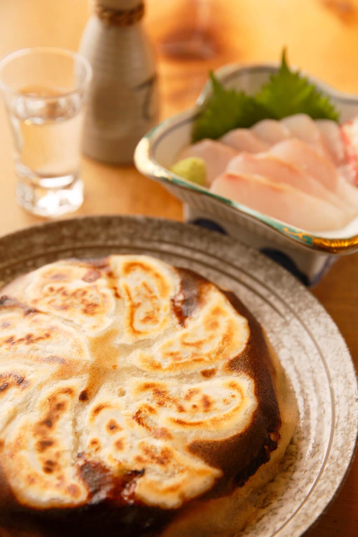 野菜たっぷりぎょうざ750円(税抜)、銚子の漁師から直送のイシナギ1300円(税抜)。日本酒は髙清水や酔鯨など。