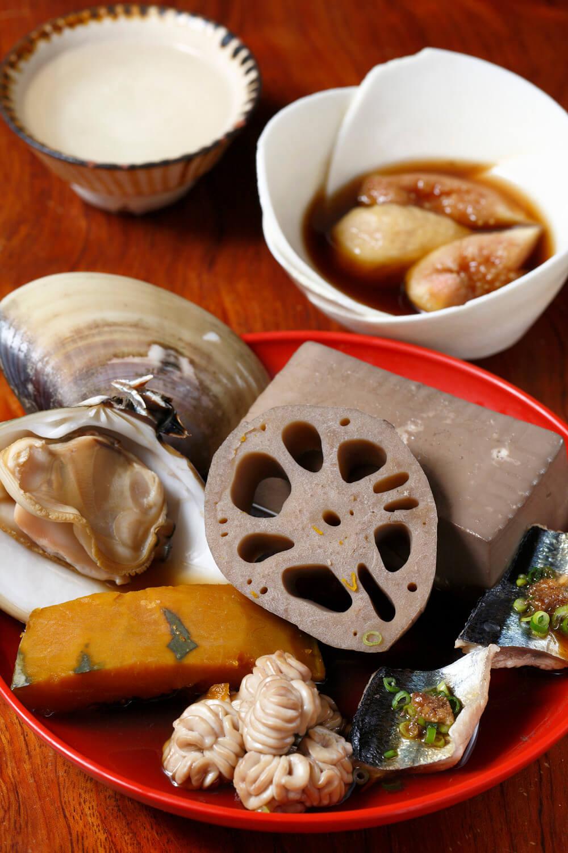 無花果300円、九十九里の地蛤、肝醤油をつけた秋刀魚串、真鱈白子、豆腐、新レンコン、カボチャが入 った海おでん5種盛り1880円(1~ 2品はサービス)。魚介のおでんに合うのが「丹沢山」90㎖ 550円。お燗もぜひ。