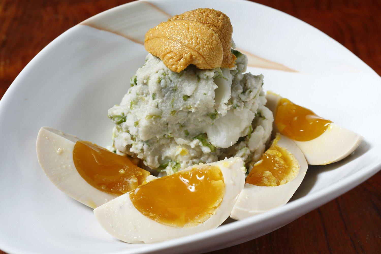 蟹味噌や青海苔を混ぜてウニをのせた贅沢な海のポテサラ780円。