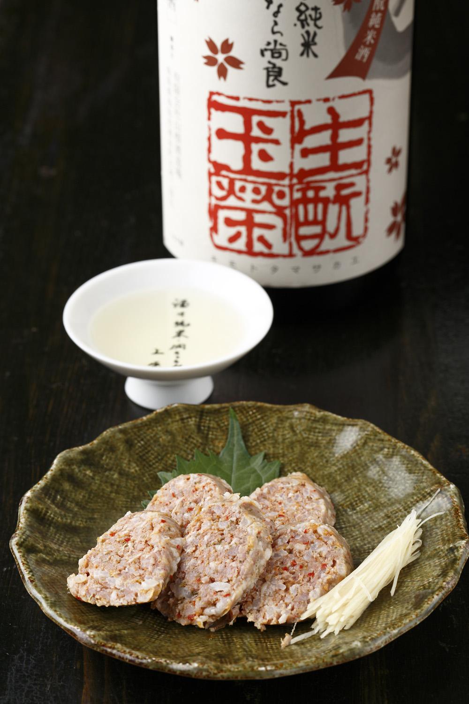 酸っぱい発酵ソーセージ400円には「日置桜」750円の燗酒を。