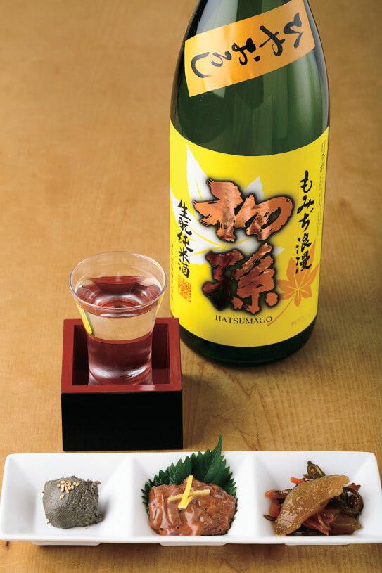 蟹味噌、塩辛、松前漬けの珍味三種盛と「初孫」1合770円。