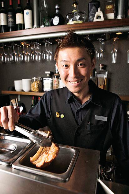きびきび働くスタッフの久田茂幸さん。