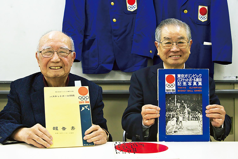 NPO法人日本バスケットボール振興会の羽佐田恭正 さん(左)と黒川敏雄さん。前大会で作った資料を手に。