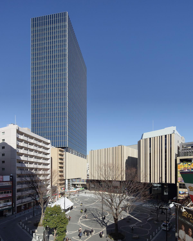 全景。建物の外観は武蔵野台地の木々をイメージし、3棟すべてブラジル産の石で統一。右から「としま区民センター」「東京建物Brillia HALL(ホール棟)」、隣の高層ビルが「Hareza Tower」。手前は中池袋公園。