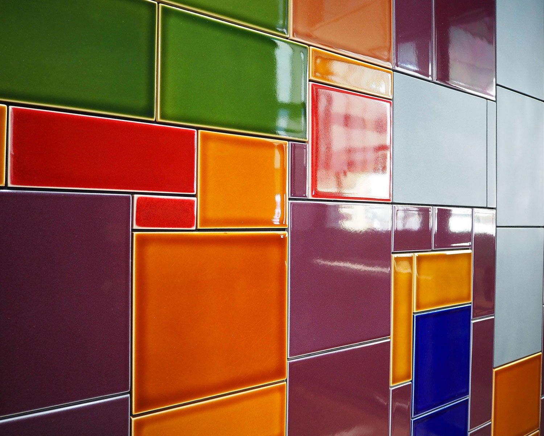 屏風をイメージしたカラフルなタイルは特注品。デッキを含め全長約150m。