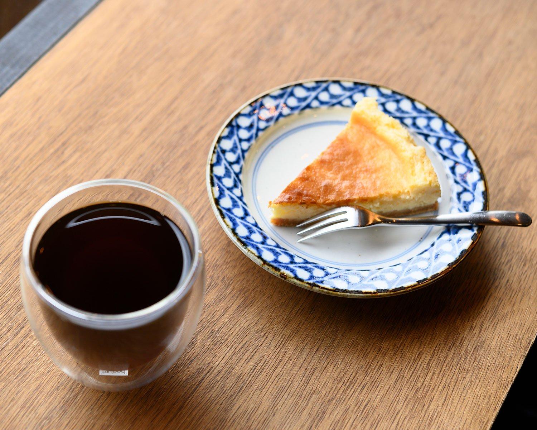 コーヒー450円は浅煎りから深煎りまであり、全6種から選択可。ケーキ400円も手作り。