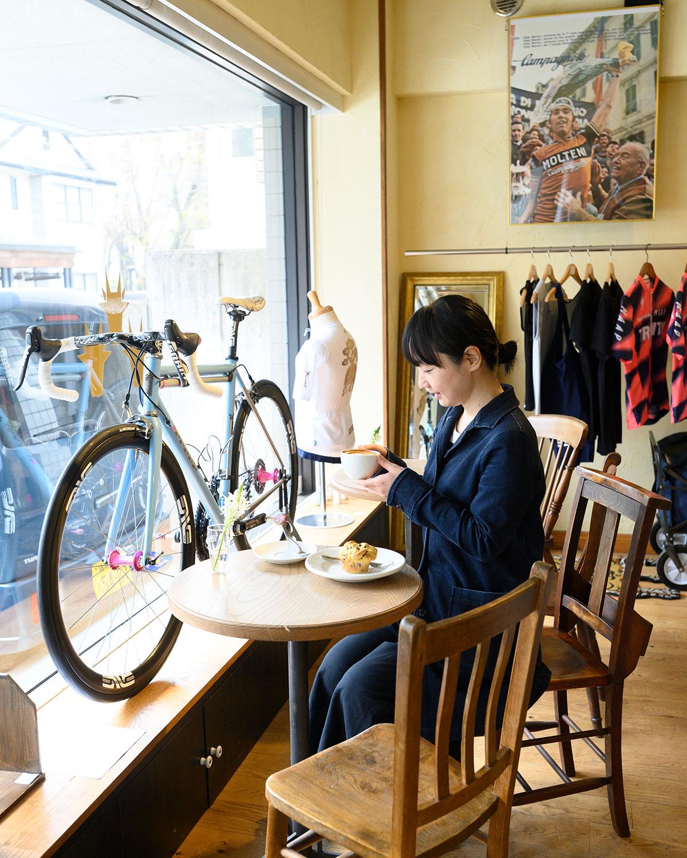 特等席は自転車の前。自転車は注文ごとに部品を選び、奥の工房で盆栽屋さんが組み立てる。