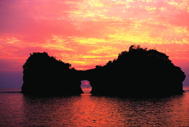 ぽっかりと円月形の海蝕洞が空いた円月島は白浜のシンボル。「日本の夕陽100選」に選ばれており、海蝕洞越しに沈む夕陽は見逃せない絶景。