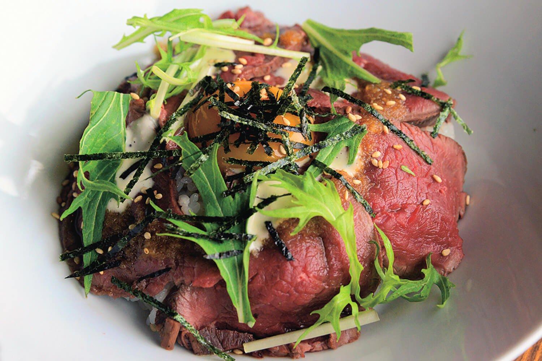 熊野本宮のジビエ 鹿肉のロースト丼1400円。