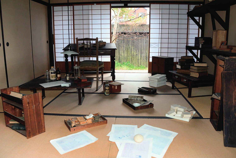 標本箱や薬瓶が置かれた書斎。熊楠在りし日の姿をしのばせる。
