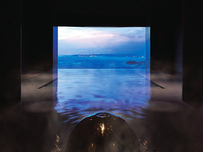 源泉かけ流し展望風呂「昴」。大浴場「空」「海」も絶景が楽しめる。