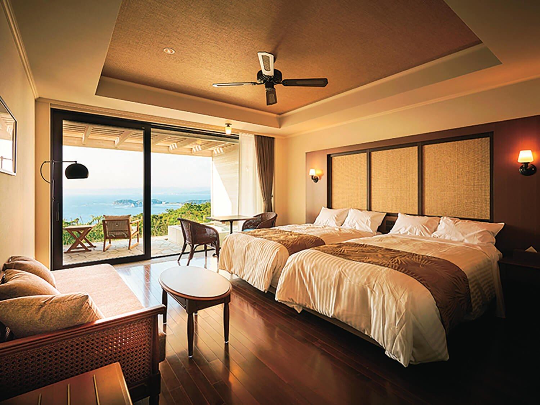 目前に白良浜を望む客室。全74室のなかから露天風呂付きも選べる。