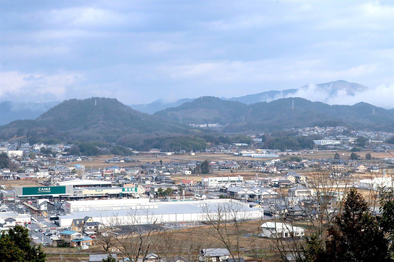 本丸からの眺望。左から2番目、中央の山は美濃金山城。