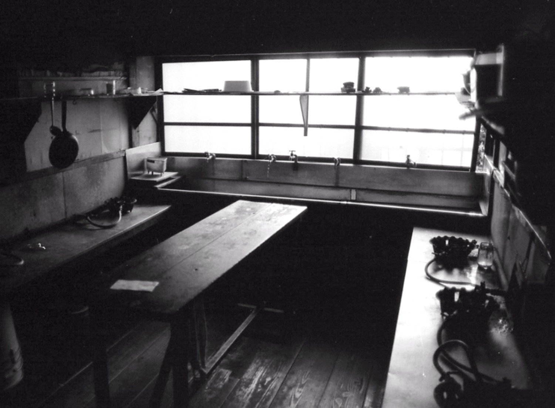 共同の炊事場。鈴木さんはあまり使わなかったが、写真奥の流しでは赤塚不二夫さんや石森章太郎さんが、風呂がわりに水浴びしていたという。(撮影=向さすけ、複写=鴇田康則)
