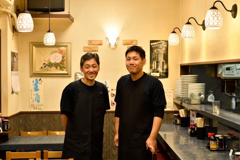 3代目川瀬茂高さん(左)と4代目の二朗さん。親子が継ぐのは昔からの『ぼたん』の味であり、街の人に愛される食堂としてのあり方だ。浅草の人々が気軽に食べられる中華を今日も作り続けている。