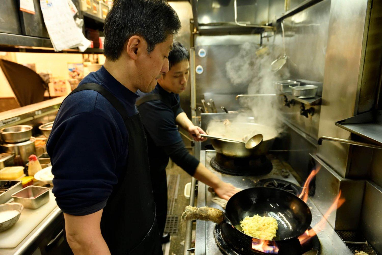 3代目と4代目が共に厨房に立ち、店は常に中華鍋を振る音が響く。「『ぼたん』という名は、店のある花川戸の町会のマークなんです」と3代目。花の名前がつけられているだけに、店には浅草らしい品のよさも感じられる。