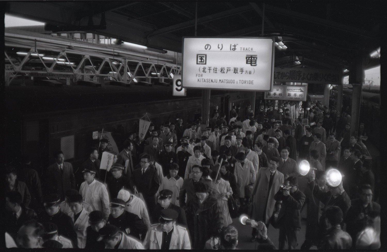 1965年、集団就職のために上野駅のホームに降り立つ若者たち。(写真=交通新聞クリエイト)