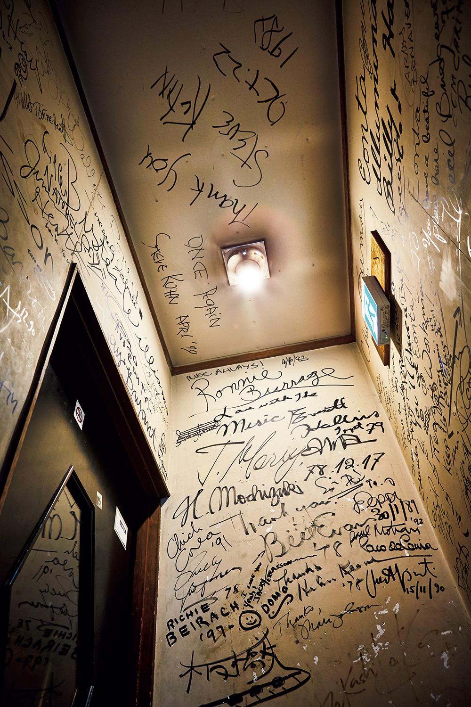 真っ白な壁にビル・エヴァンスとフィ リー・ジョー・ジョンズがサインしてから30年。この壁は、もはや松本の重要文化財に指定されてもおかしくない。