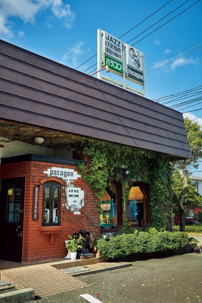 ジャズ喫茶には珍しい、レストラン風ののびやかな外観。