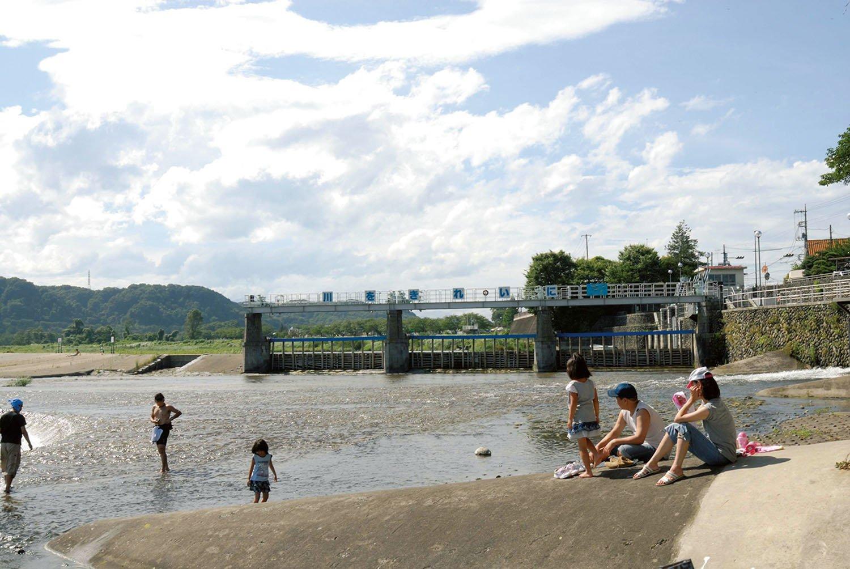 羽村堰の周辺では水遊びができ、市民のいこいの場になっている。