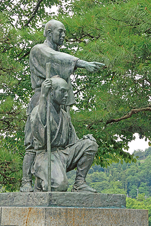 隣接する公園には玉川兄弟の像が立つ。