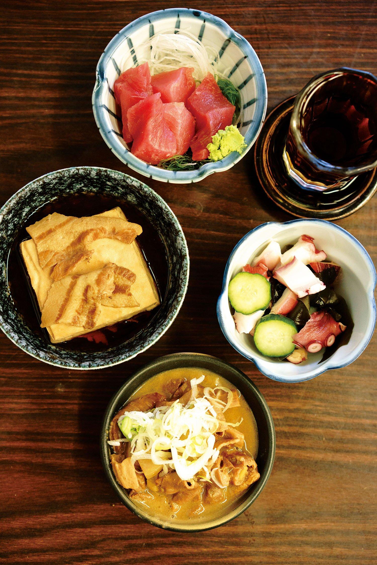 まぐろぶつ390円、わかめときゅうりの酢の物190円、もつ煮込み170円、肉豆腐250円。