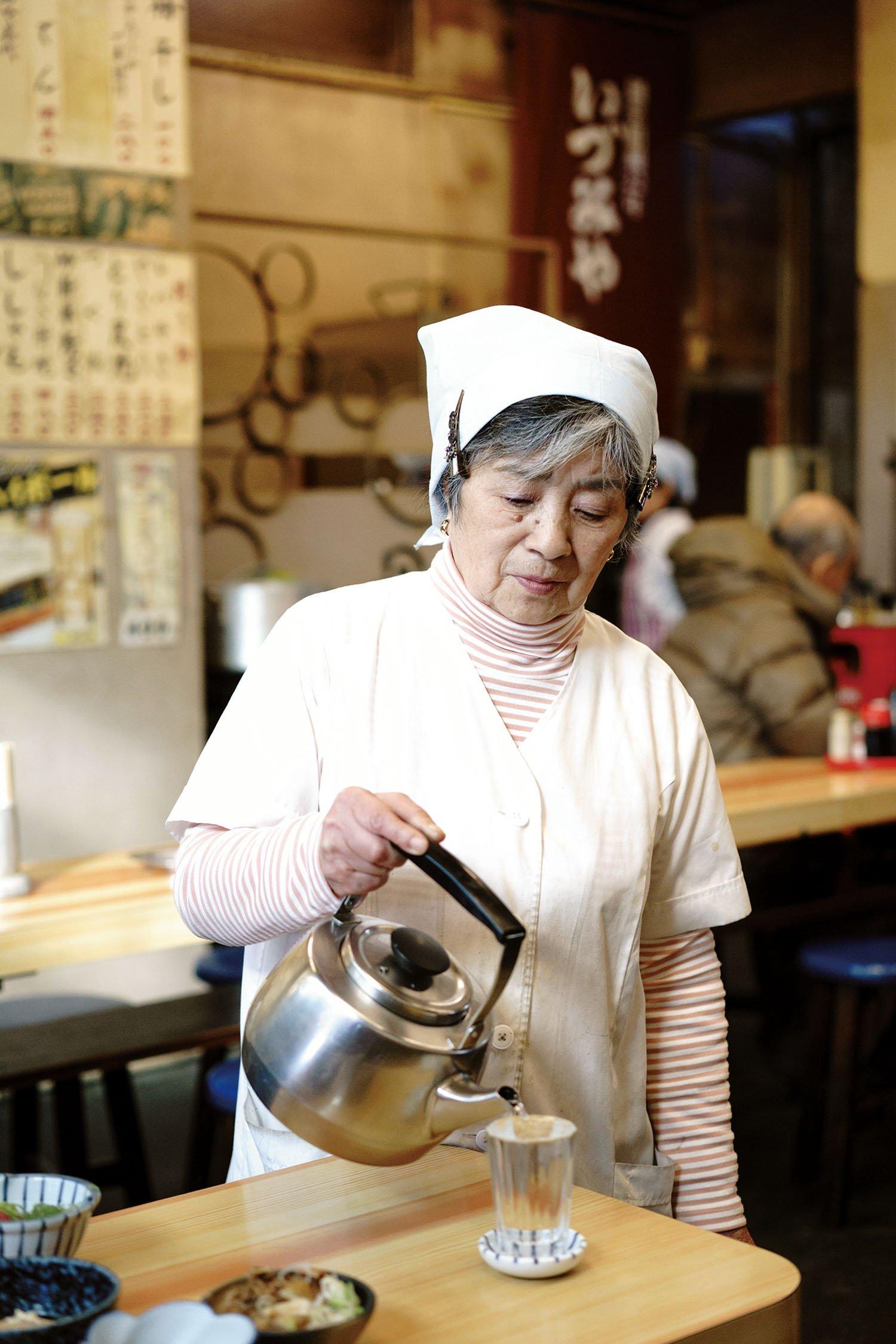 熱燗は古参の店員さんがやかんから直接注いでくれる。
