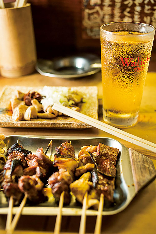 右からレバー、シロ、カシラ、タンなど。奥はシロをニンニク醤油で味わうスタミナ焼き400円。カミナリハイボール400円。