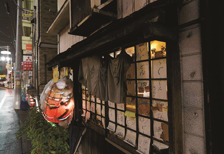 古ぼけた酒場に遠方客も訪れる。