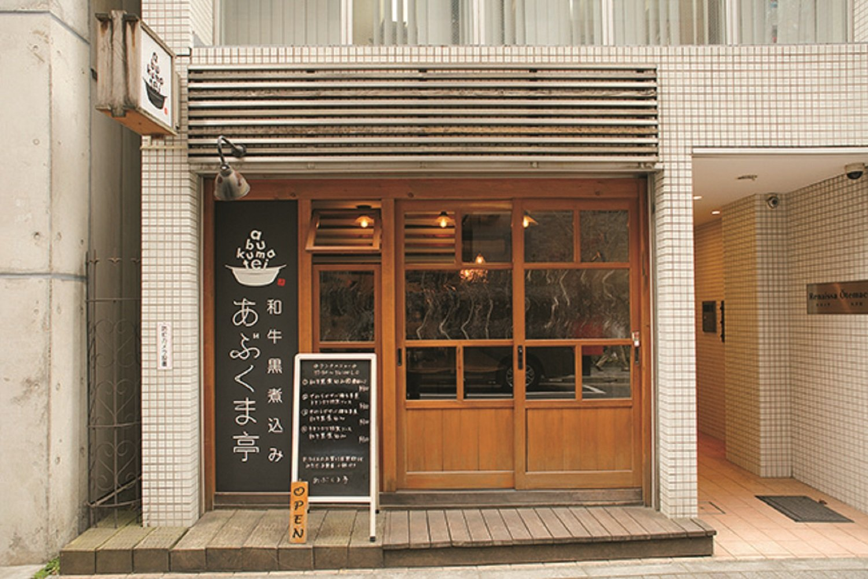 夜は創作居酒屋に。豊富なつまみと日本酒を楽しめる。