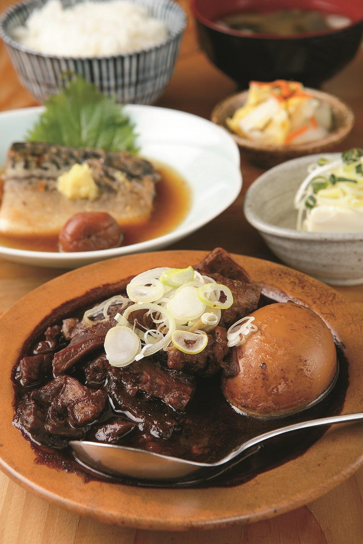 和牛黒煮込みとやわらかサバ梅生姜煮900円。煮玉子100円。黒煮込み以外の主菜は肉か魚を選ぶ。