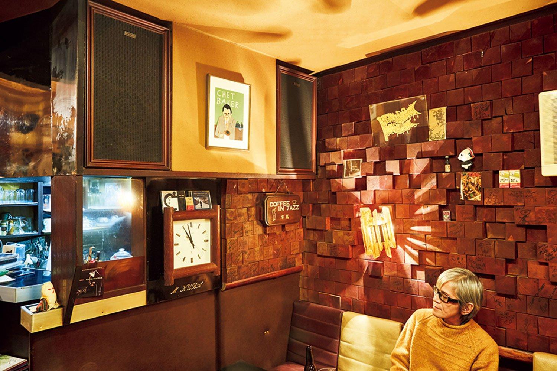 全体に焦げ茶色の店内。凹凸に組まれた煉瓦壁は音響効果抜群。写真は吉川英治さん。