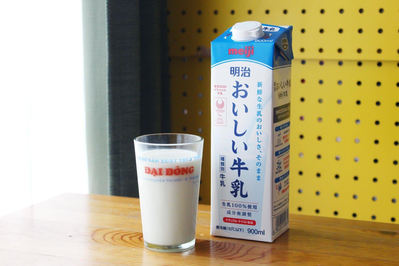 とある居酒屋の看板ドリンク「牛乳ハイ(牛乳割)」は、まろやかでゴクリと飲める。すこやかなビジュアル。