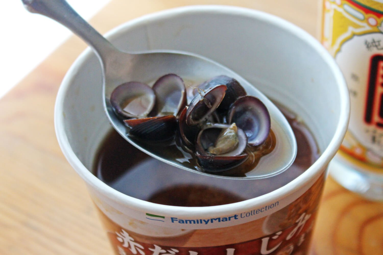 コンビニの赤だししじみの味噌汁で「赤だししじみハイ」。体に良さそうな食材×焼酎は、罪悪感からか美味しさが増す。