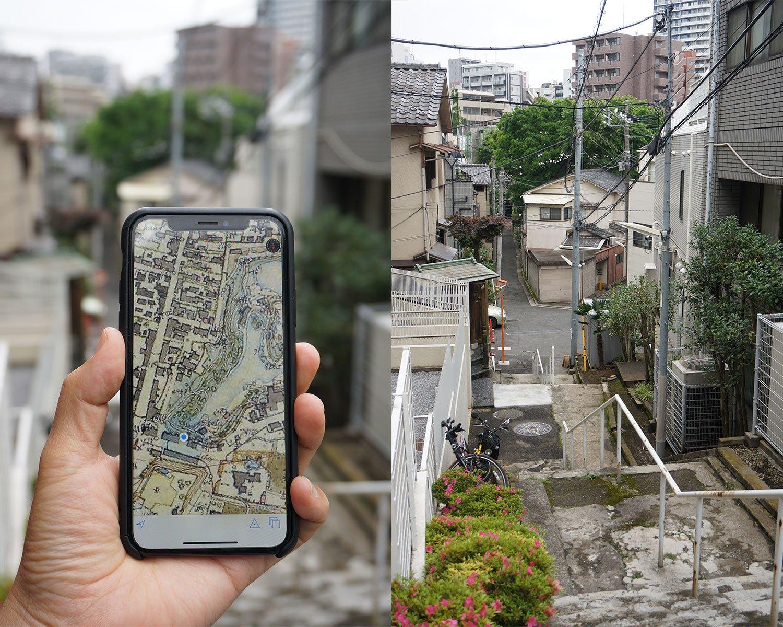 左の地図は見ている方角に合わせて南北を反転。坂の下の住宅地が、昔は池だったことが分かっておもしろい。以下、画像中のiPhoneに表示される地図は、すべて一般財団法人日本地図センターが作成した「東京時層地図」を使用したもの。