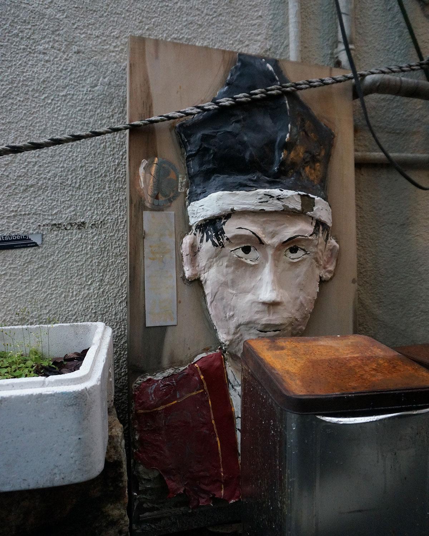 ちなみに街中のとんかつ屋『とんかつ鈴新』の脇には、この屋敷で生まれた松平容保(陸奥国会津藩9代藩主)のオブジェが置かれていた。