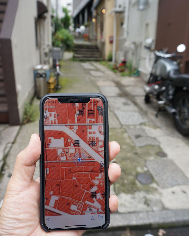 外苑東通りへと抜けるこの道は、昭和戦前期(約90年前)の地図にもなく、写真の高度成長前夜(約65年前)の地図ではじめて登場。花街の風情を感じる石畳の道でも、整備時期はそれぞれ違ったりするのだ。