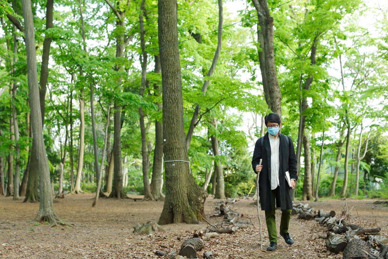 境山野緑地でおもむろに枝を持つ穂村さん。「登山のとき父がよく枝を手渡してくれて」。