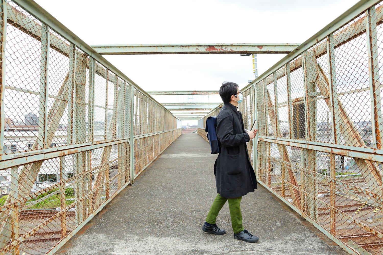昭和4年(1929)に造られた三鷹電車庫跨線橋は、太宰治がよく訪れていた場所として有名。