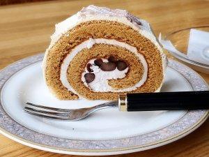 珈里亜 黒蜜きなこのロールケーキ