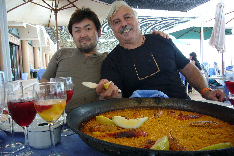 スペインのバレンシアで料理長として腕を振るっていた若き日。店のオーナーと。