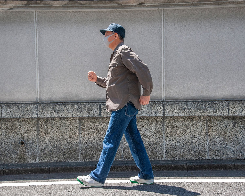 大股早歩き。姿勢よく、できるだけ大股で歩く。自然と早歩きになり、これだけで腹筋・背筋にかかる負荷が増し、腹回りの引き締めも期待できてしまう。