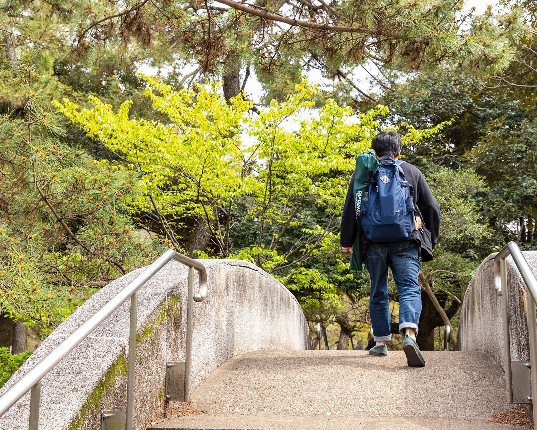 散歩しながらスポット探し! 新緑の季節の広い公園は、散歩をしているだけでも気分最高。