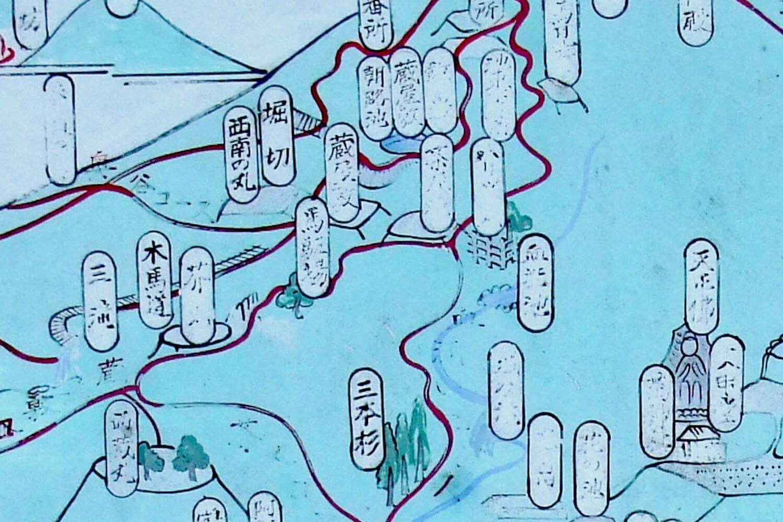 三本杉から右上方向に、血洗池までは、はっきりと赤い線で道が描かれている。
