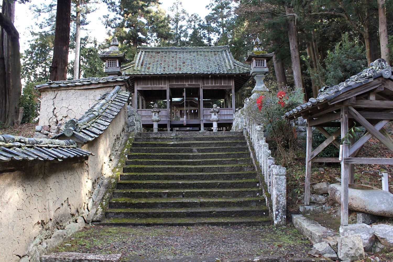土塀がシブい春日神社。境内脇に城主の居館があった。