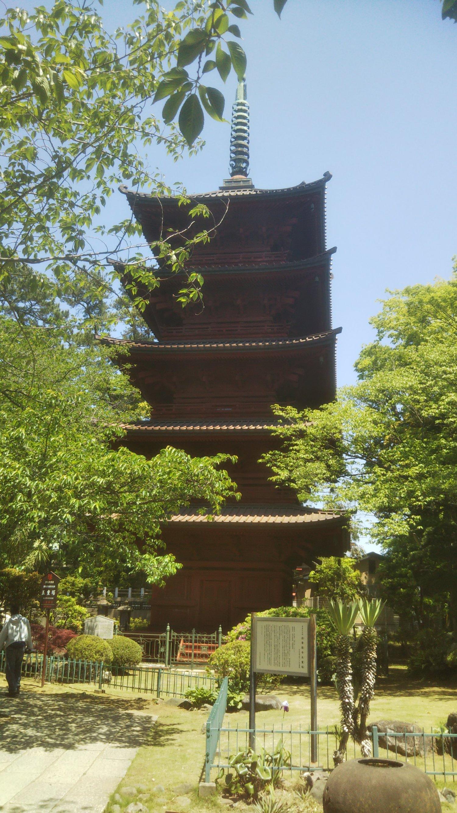 五重塔(ともに国の重要文化財)。境内は静寂とおごそかな雰囲気に包まれ、散策するだけでも身が洗われるよう。