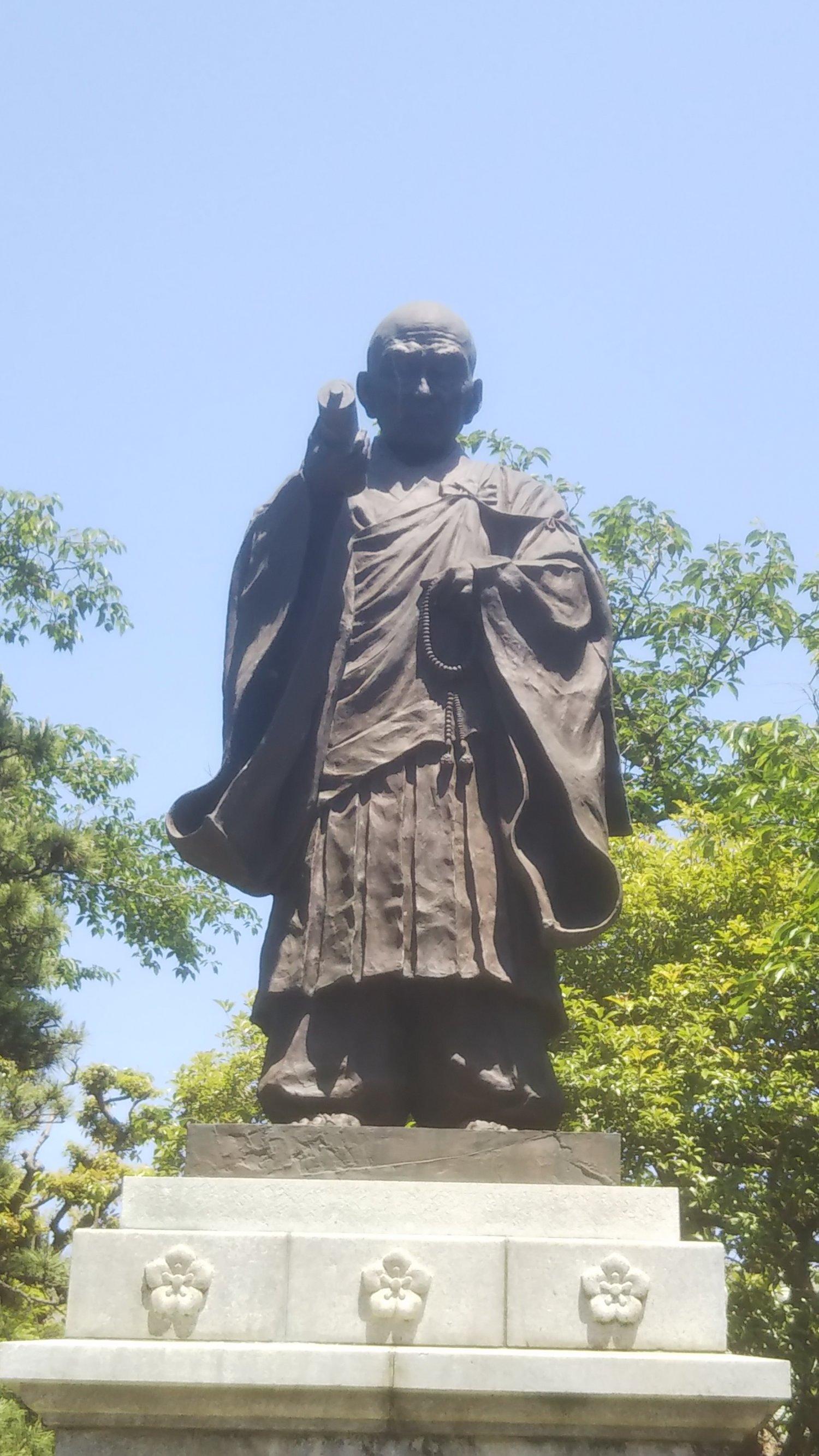 同寺の開祖・日常上人の像。これらに倣って帝釈天に御前様(日奏上人)像の建立を希望する!