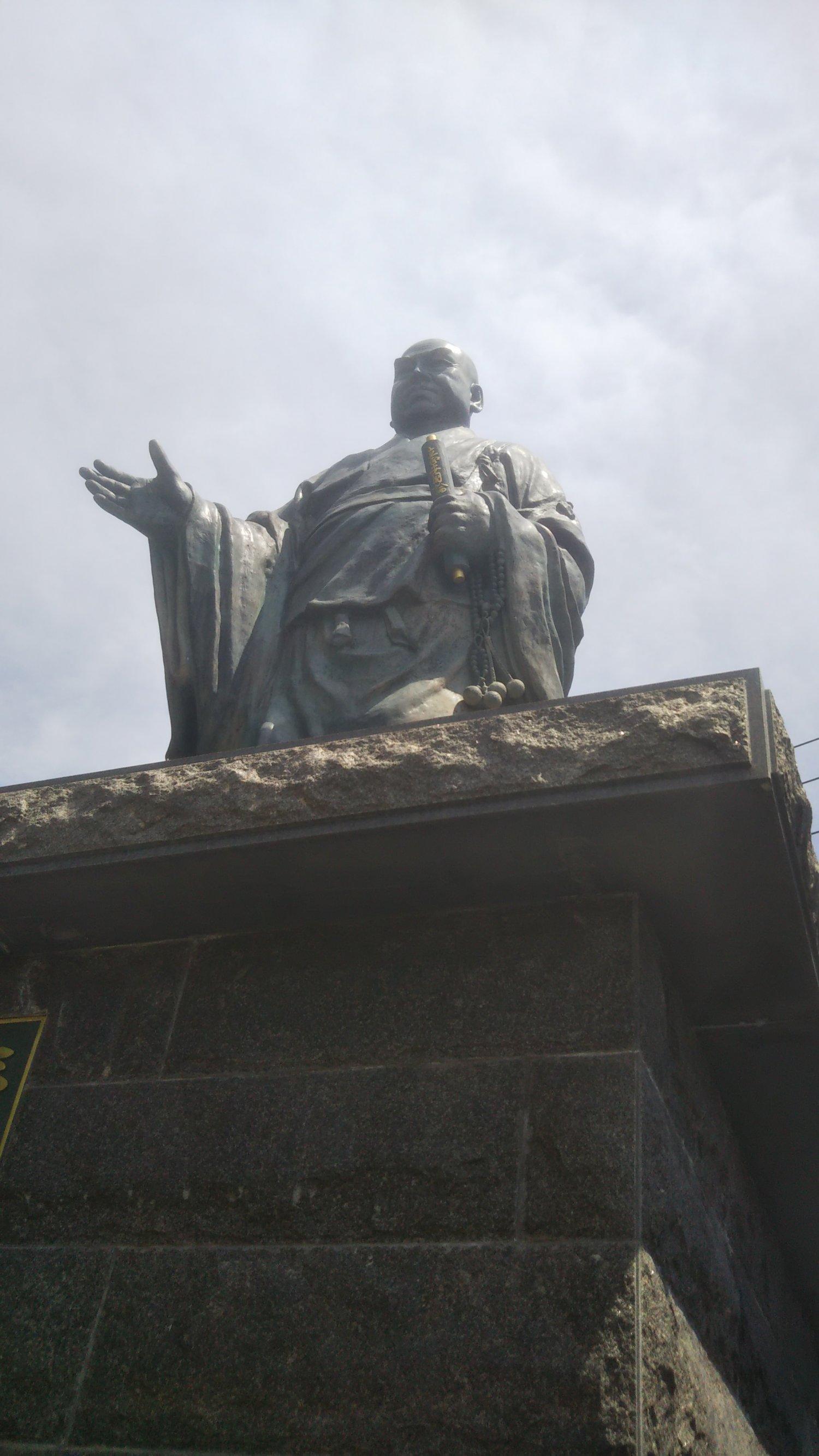 法華経寺に立つ日蓮上人の像と、